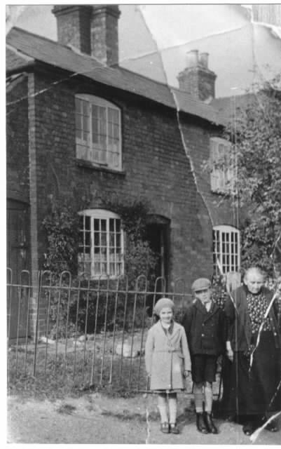 Marjorie Houlston (nee Read) & Family During WW2